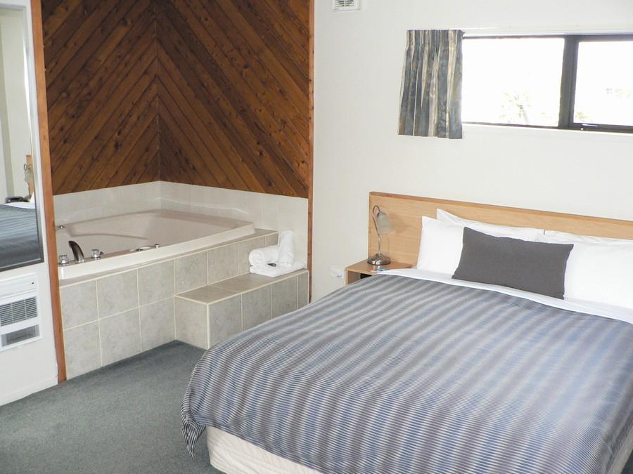 Queen bed, double spa