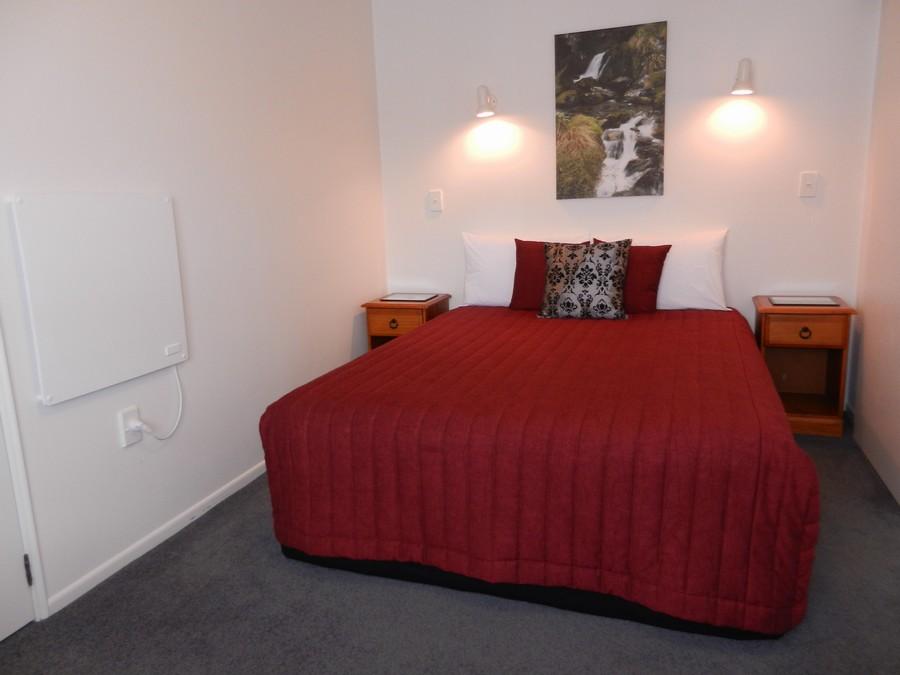 1 Queen Bed in Bedroom