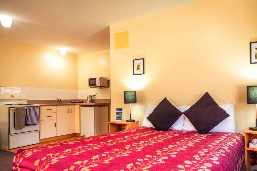 Queen Bed, Full Kitchen