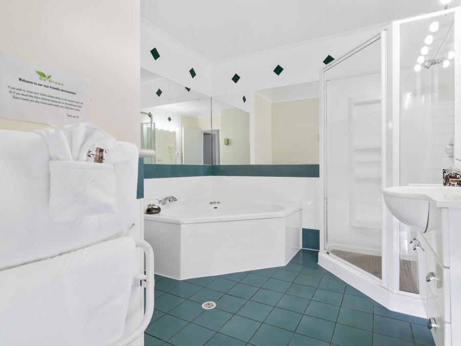 Deluxe Spa Bath Suite